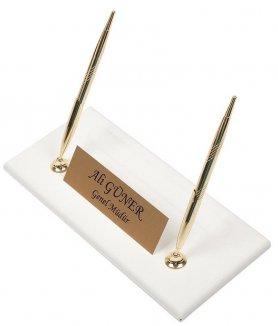 Luksusowy stojak na długopisy z białej skóry ze złotą tabliczką na nazwisko + 2 złote długopisy