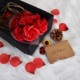 Szappancsokor - 7 piros örök rózsa + díszdoboz