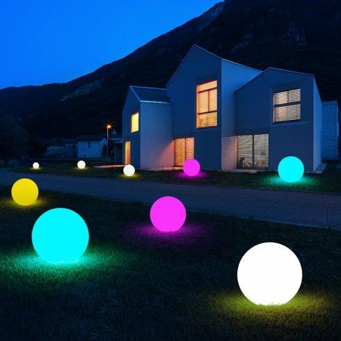 Svietiaca guľa LED 30cm -8 farieb +Li-ion + solárny panel + IP44 krytie