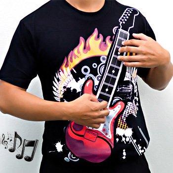Geek od majice - svira gitaru