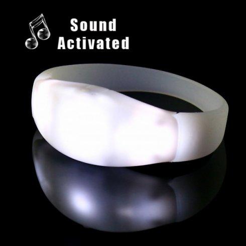 Je nach Musik blinken LED-Armbänder - weiß