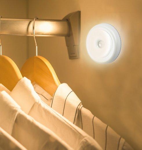 Luce rotonda a LED adesiva alimentata da 3 batterie AAA da 1,5 V + sensore di movimento