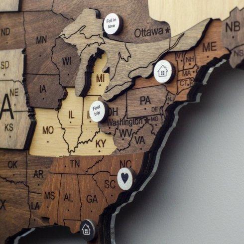 Przypinki ze specjalnymi wydarzeniami 12 szt. Na drewnianych mapach