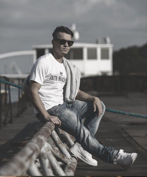 剣闘士Tシャツ - 信仰と規律