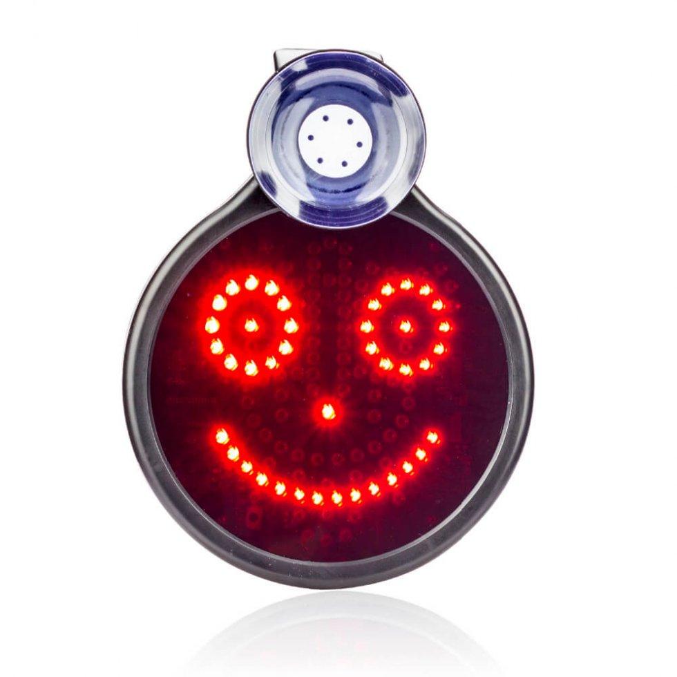 LED coche signo con la sonrisa en una ventana trasera con un ...